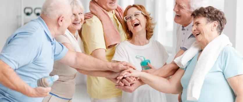 ¿Por qué se realizan actividades recreativas en una casa de reposo para adultos mayores?